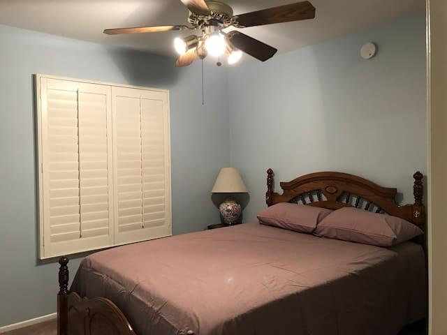 原木的家私,纯棉的,全新的床上用品,舒适的新被子。