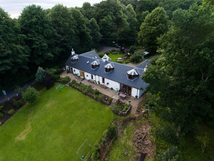 Loch Lomond area. Luxury Cottage with hot tub.