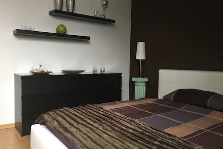 Modernes Zimmer mit Bad im Herzen von Hildesheim - Hildesheim - Apartment