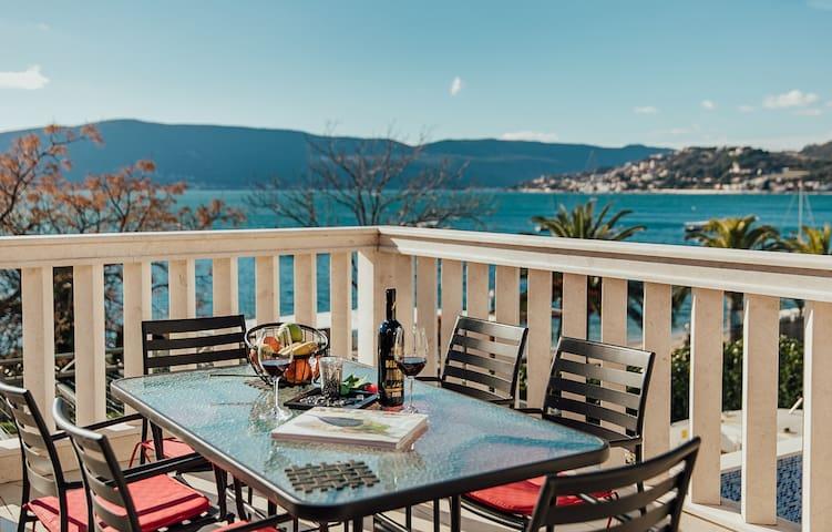 Sunny Coast Villa - Four Bedroom Villa with Pool