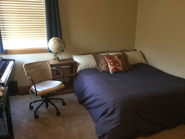 Private bed & bathroom w/ 1 queen bed right in PC