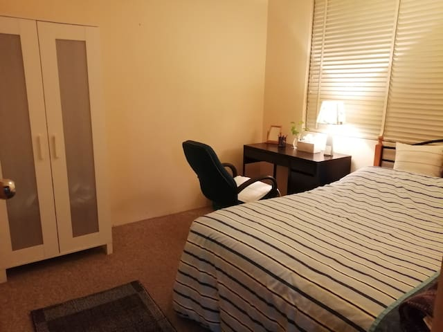 affordable private room close to airport and CBD
