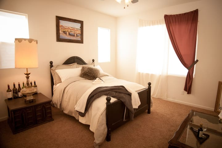 Master Suite - Free Wine w/stay! - Bakersfield - Haus