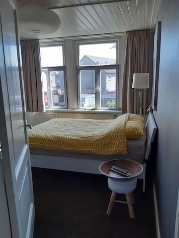 Slaapkamer met 2 persoonsbed.