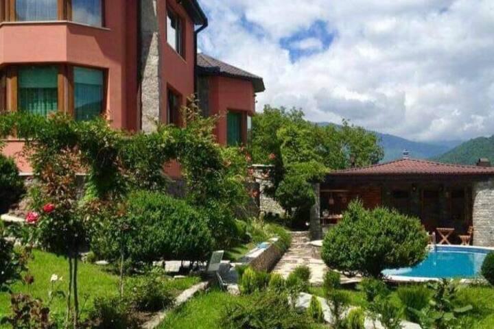 Бюджетная комната c видом на горы и внутренний сад