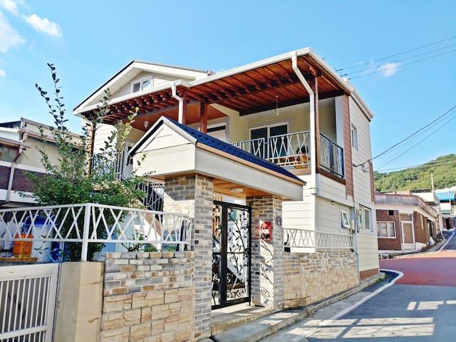 WIZ GUEST HOUSE #1 (느림보강물길, 만천하스카이워크 인근)