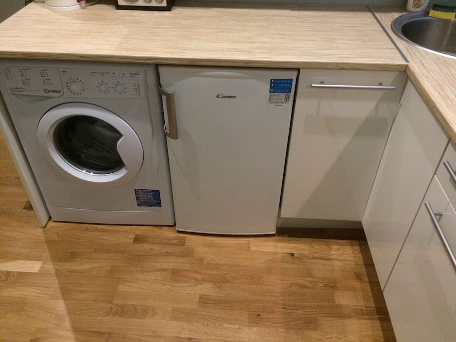 Washing machine/dryer and fridge freezer