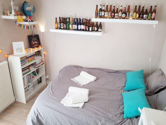 La chambre est lumineuse et spacieuse