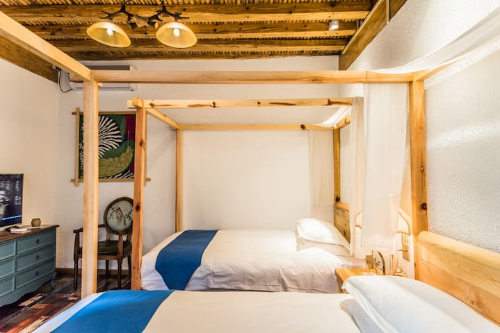 一晚接机,含双早,近四方街、酒吧街、大水车,豪华大床房,空调,24小时热水,晚安甜点,独家游玩线路 - Lijiang - House