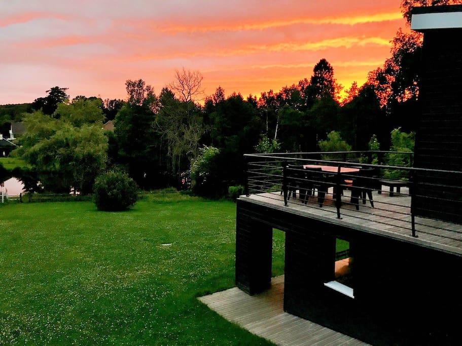 Dans la verdure et face au lac : une terrasse panoramique et une terrasse couverte