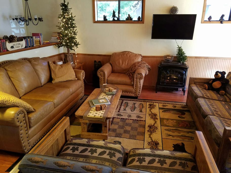 Spacious living room with faux fireplace and flat screen tv (no satellite, just DVD)
