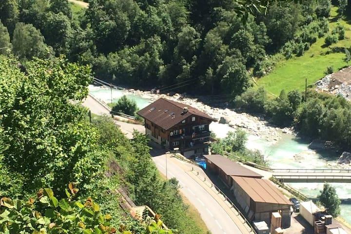 Bei den Bergen im Gotthardgebirge bei Andermatt