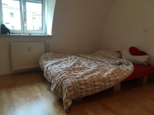 Zimmer in zentraler Dachgeschoßwohnung in München