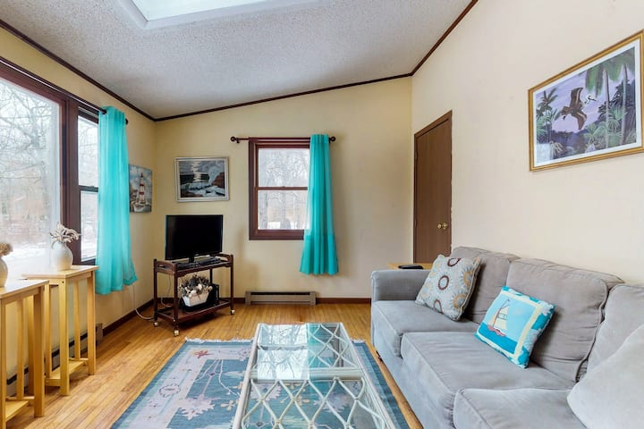 Cozy getaway in a central location w/ a full kitchen & furnished deck