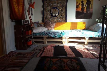 Enkeltseng i hippieværelset - Grenaa - Apartment