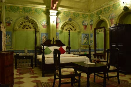 Frescoed green room in a 1920s mansion - Churu - Villa