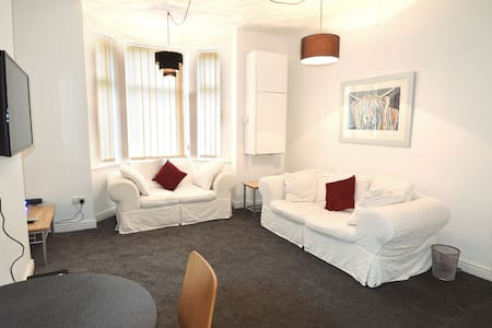 Spacious 3 Person Flat With Private Access+Parking