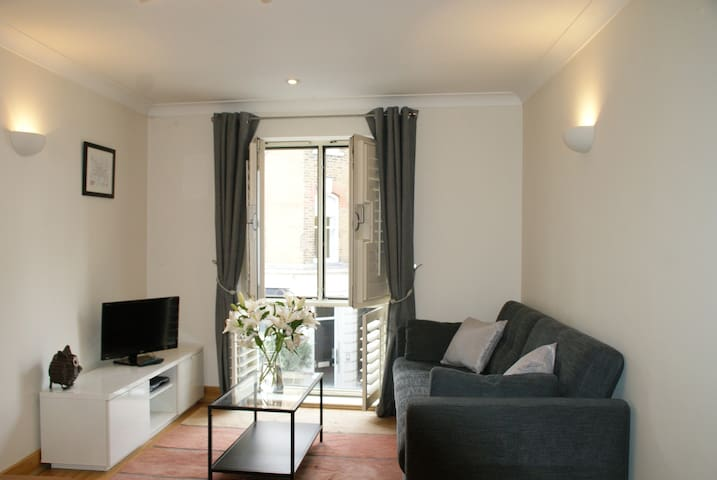 Hampton Court - stylish apartment with parking