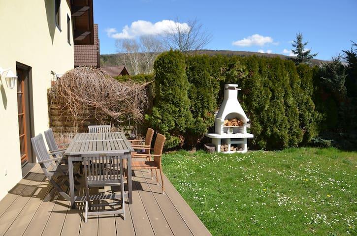 Gartenterrasse mit Griller