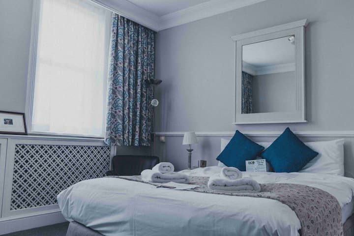 Victorian Style Superior Double Room| Garden Facing| Perfect for a Couples 💑  Free Breakfast