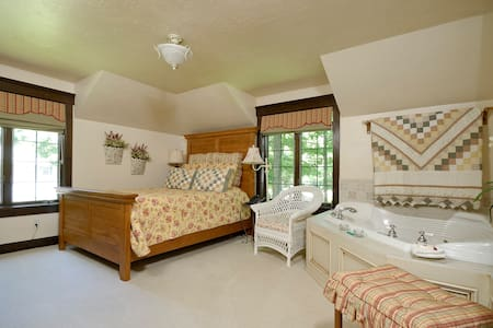 The Roost B&B:  Meadow Suite - Appleton - Bed & Breakfast
