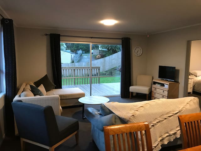 Black Cottage Raglan - 3 double rooms