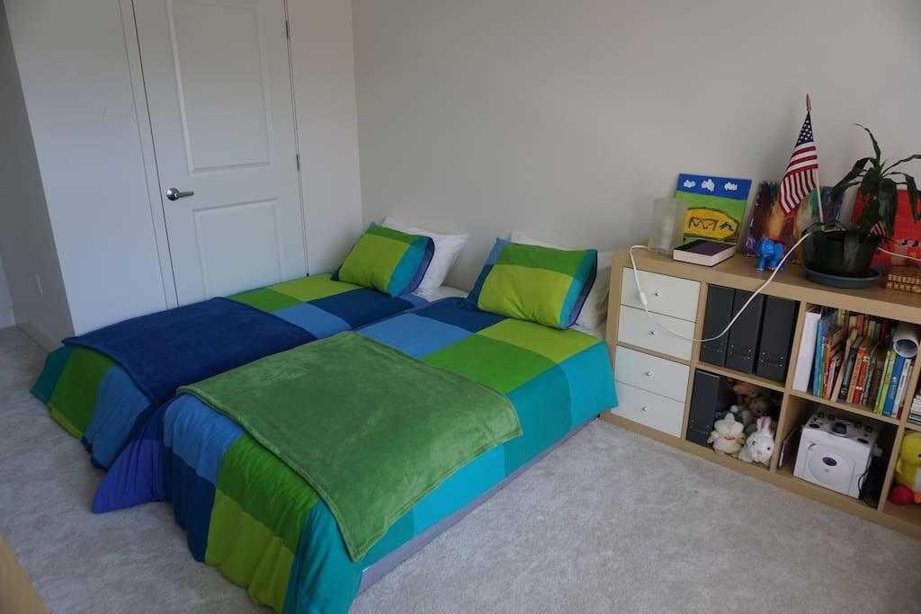 Guests/Kids Bedroom (2 twin beds)