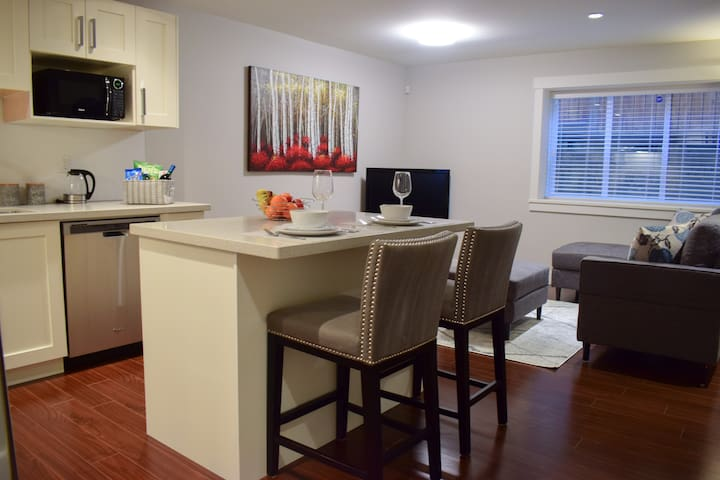 Bright & Modern 2bed Suite - Moments from Grouse!