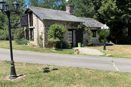 Petite maison charmante avec grand terrain.