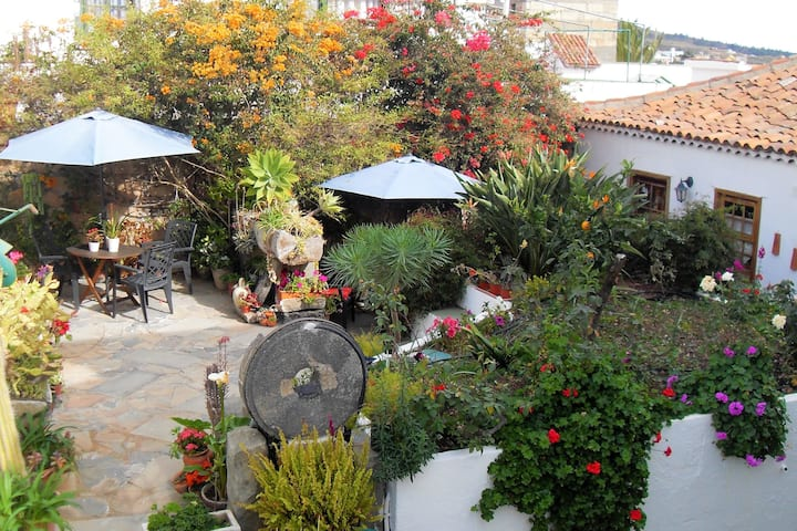 Gorgeous Cottage + Courtyard, BBQ, Rooftop Terrace