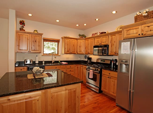 Upscale Townhome - Near Downtown - Air Conditioning - Pet Friendly