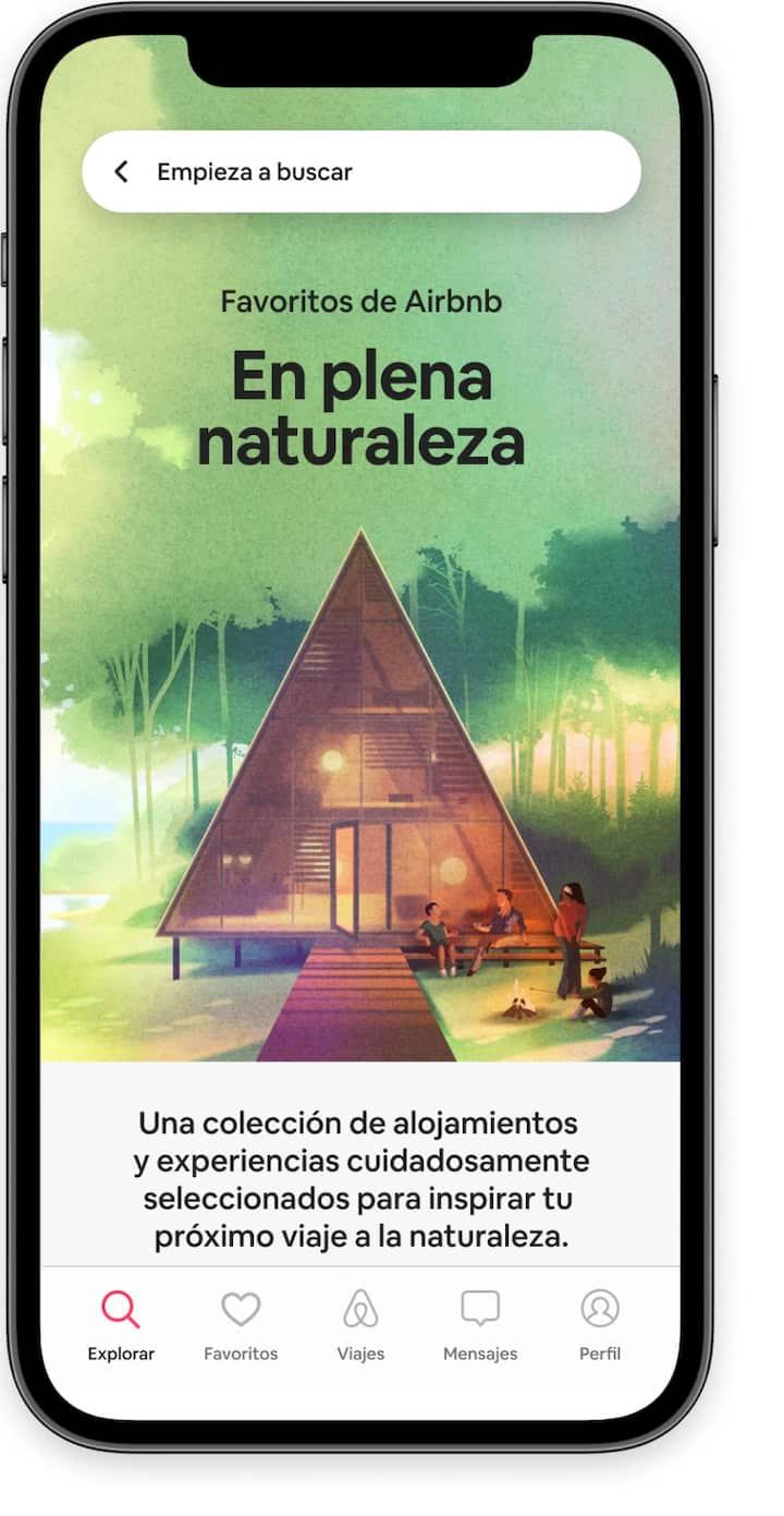 Una pantalla de inicio que destaca la lista de favoritos junto con la colección de Escápate a la naturaleza en la aplicación de Airbnb.