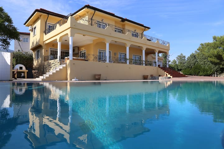 Dazzling, 4 bedroom villa in Kyrenia near museum