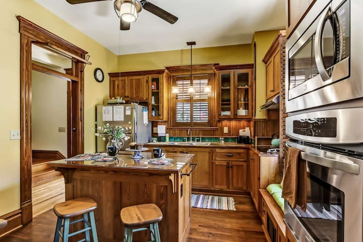 Just Listed!  Sleeps 4, fully restored, WIFI, Gourmet Kitchen, Minutes to Dwntwn