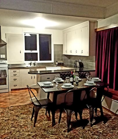 Full kitchen, fully equipped, with a dishwasher.
