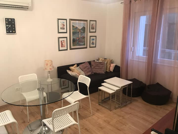 Simple 2 bedroom apartment in Center with Parking