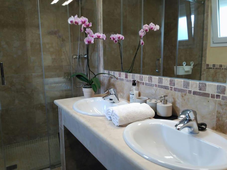 Baño con ducha en el 1° dormitorio.
