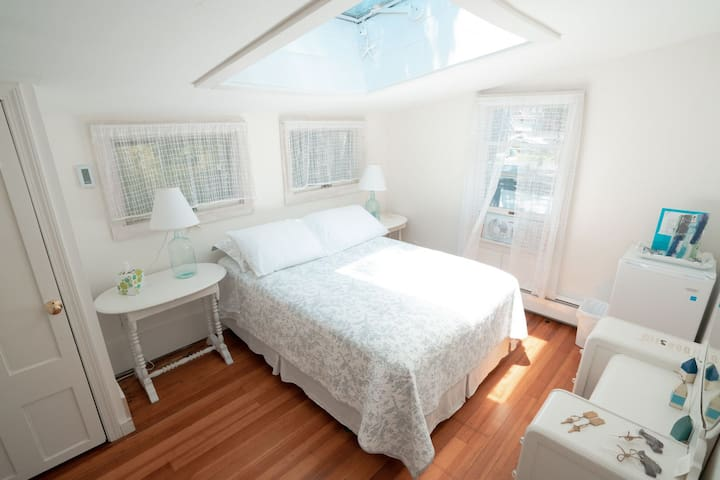 Oak Bluffs/ Walk to Town/ Harbor Views/ Double Bed