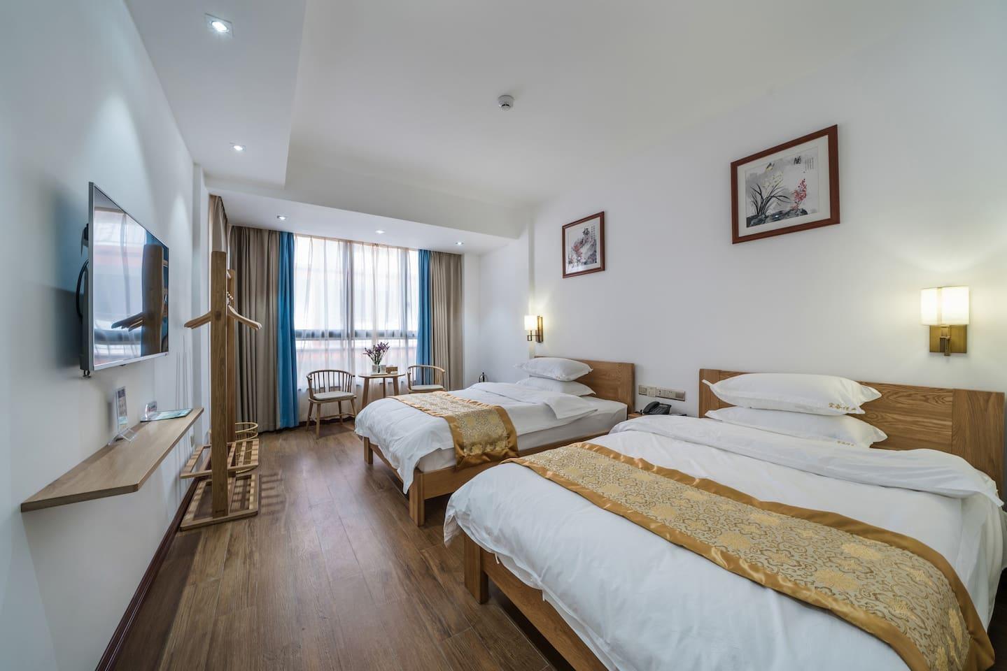家具全都是白橡实木,两张1.35米的白橡实木床,比很多酒店1.2米的床多出了15厘米。床垫重达100多斤,厚实舒适。配有40寸的网络电视,50M的独立WIFI,茶壶、电吹风,迷你冰箱等小家电,
