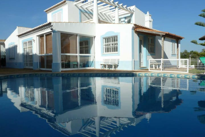 Goed aangelegd en comfortabele villa met privé zwembad in de buurt van Guia