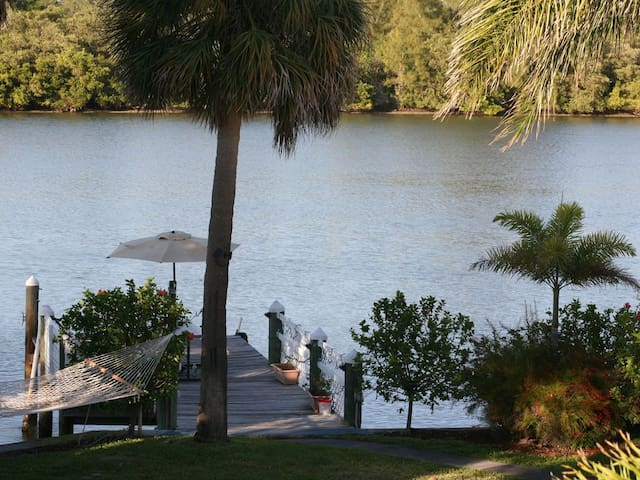 BEACH AND BOAT ! 1 bdrm 2 ba on the water w/dock