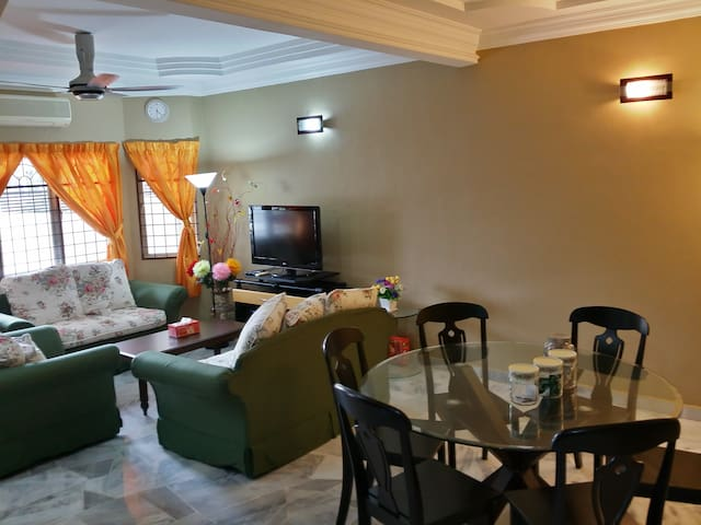 Cosy 8 Pillows - Air Cond, Fresh Linens & Parking - Melaka - House