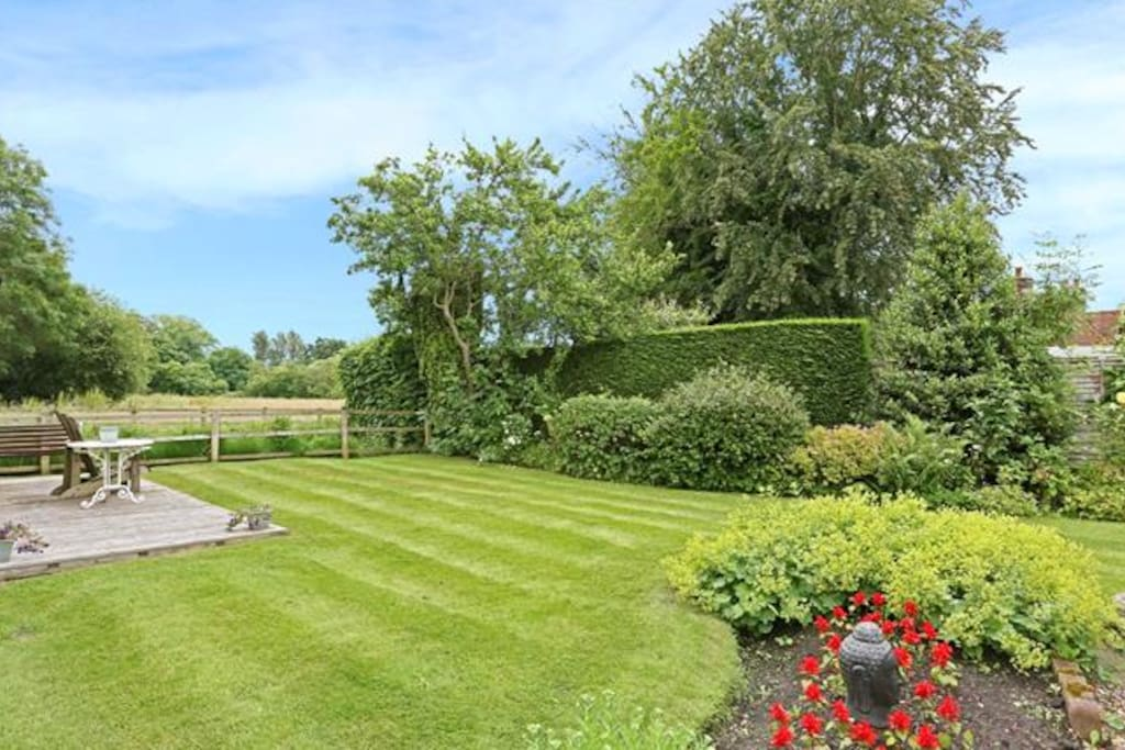 Beautiful garden with country footpaths and access to fields