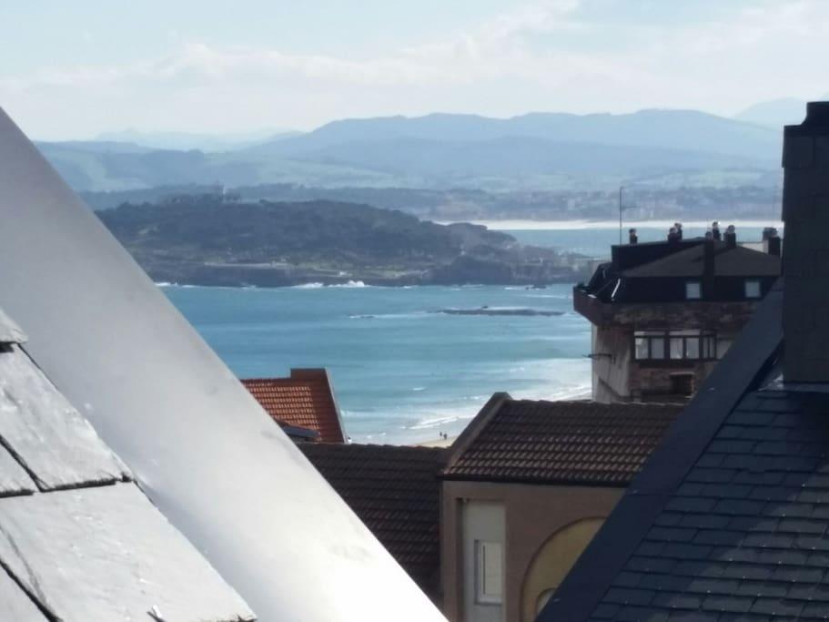 Muy cerca de las playas del Sardinero y Mataleñas. Vista de la península de la Magdalena desde la planta superior.