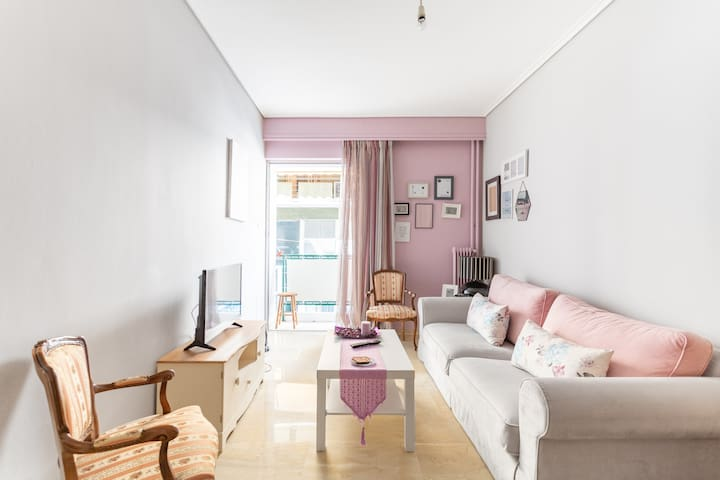 Evelina's cozy apartment near Central train st.!!!