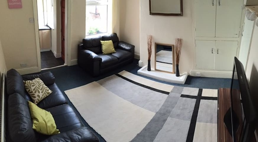 Lovely bedroom/house in popular suburban area - Sheffield - House