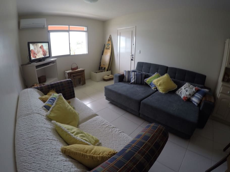 Sala ampla com sofá cama