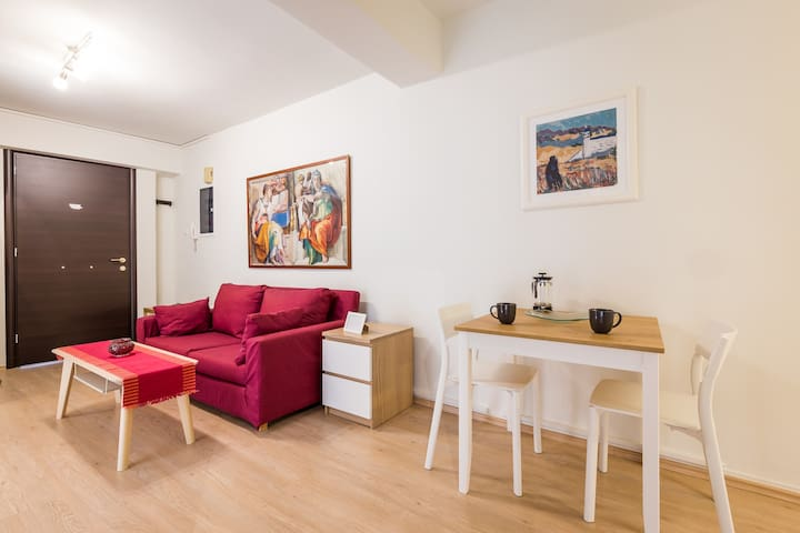 Downtown urban apartment for 4 people in Plaka