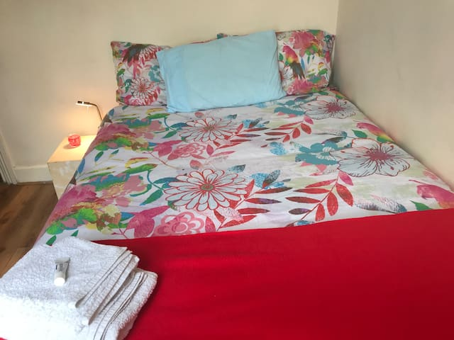 Double room in apartment w / double bed.