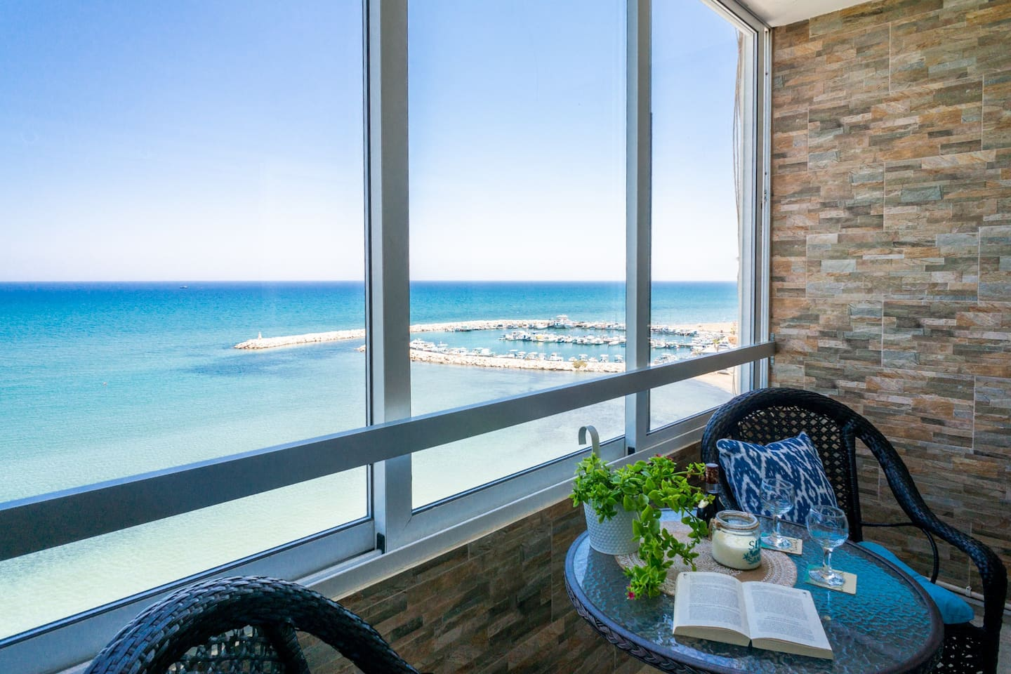 Top Floor Apartment with stunning Sea Views from all rooms